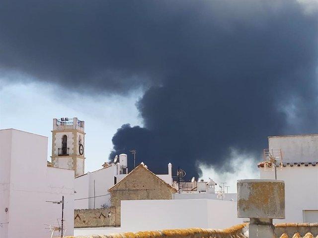Humo del incendio de Indorama en el pueblo de San Roque
