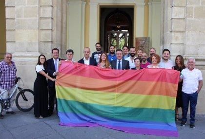 """Vox rechaza que el Ayuntamiento ice la bandera Lgtbi al atisbar """"adoctrinamiento"""" e invoca la enseña nacional"""