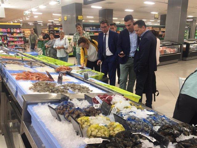 Huelva.-El delegado de Pesca conoce el proceso de trazabilidad, del origen al cliente, de Mercadona en Huelva