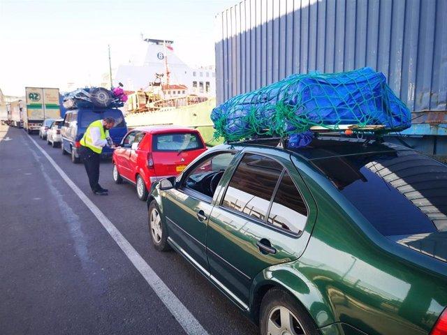 Usuarios del Puerto de Almería antes de embarcar en los ferris en el marco de la Operación Paso del Estrecho (OPE)