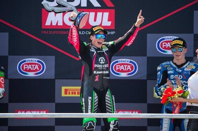 Ana Carrasco, en el podio del circuito de Misano, tras ganar en el Mundial de Supersport 300