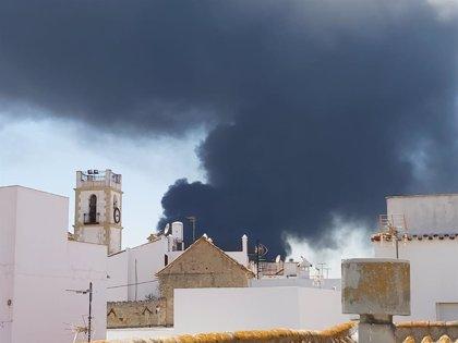 El 112 recomienda cerrar puertas y ventanas por el humo producido en el incendio de Indorama en San Roque (Cádiz)