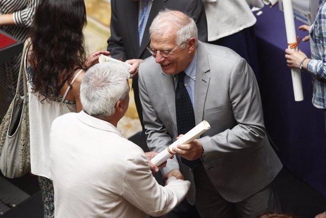 El ministro de Asuntos Exteriores, Unión Europea y Cooperación en funciones, Josep Borrell (2i), entrega una de las condecoraciones a un miembro del Equipo Técnico Español de Ayuda y Respuesta a Emergencias (START), durante el acto de reconocimiento al eq