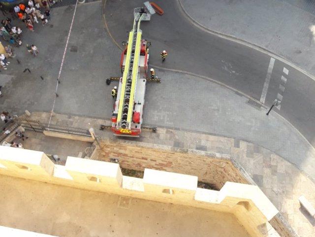 Bomberos rescatan a una mujer con un tobillo roto en las Torres de Serranos de València