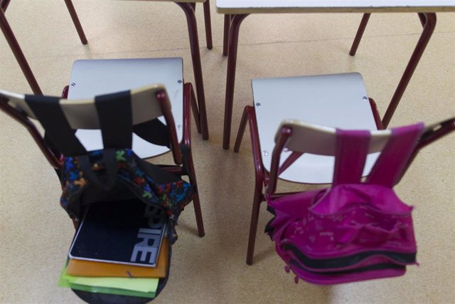 Mochilas escolares en un aula