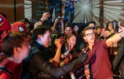 VÍDEO: Tom Holland salva a una joven fan de Spider-Man de ser aplastada por cazadores de autógrafos