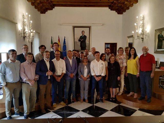 Foto de familia de la corporación saliente en la Diputación de Cáceres