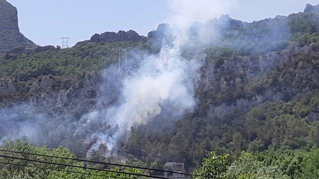 Bomberos y varios aviones colaboran en la extinción de un incendio en Sobrón (Álava).