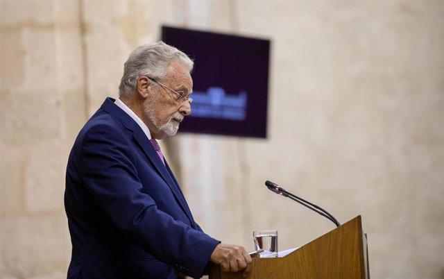 Primera jornada del Pleno del Parlamento andaluz. El defensor del Pueblo Andaluz, Jesús Maeztu, interviene en el Pleno del Parlamento de Andalucía.
