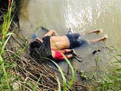 Valeria i el seu pare, la nova imatge de la tragèdia de la migració a Centreamèrica (REUTERS / STRINGER .)