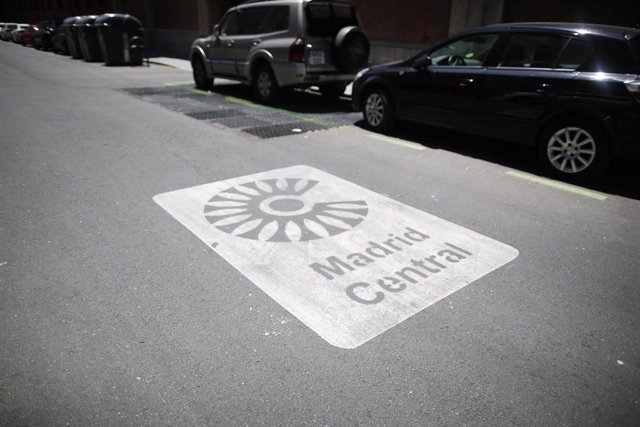 Una señal de Madrid Central en la acera que indica la entrada a la zona.