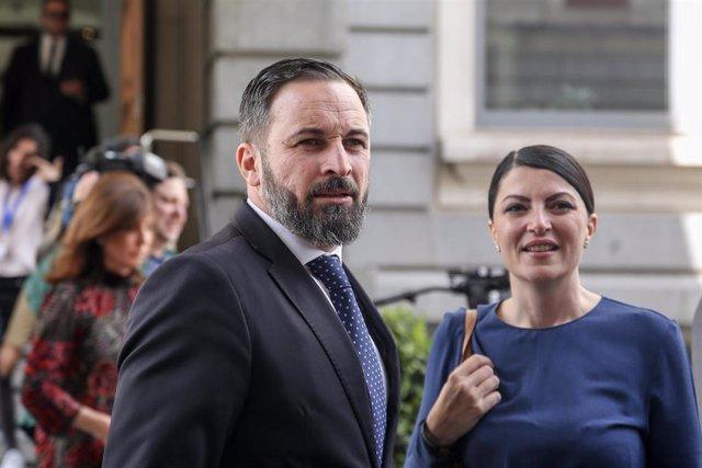El líder de VOX, Santiago Abascal; el número 3 de Vox por Madrid y Macarena Olona(diputada por Málaga), tras posar en la foto de familia de los 24 diputados electos de la formación de ultraderecha para la XIII legislatura de España.