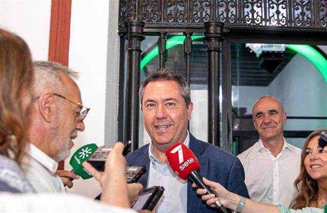 El alcalde de Sevilla, Juan Espadas, a su llegada a la sede del PSOE-A