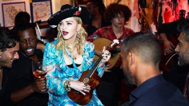 En la imagen Madonna junto al portugués Dino D'Santiago, que actuará en julio en La Mar de Músicas