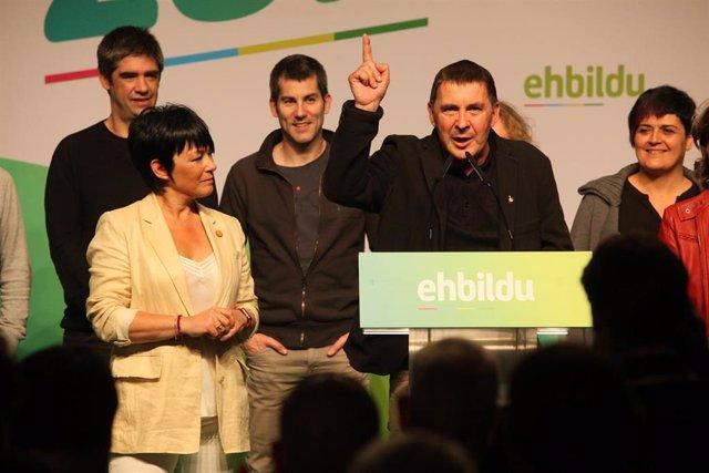 El líder de EH Bildu, Arnaldo Otegi (4i), comparece en ruedade prensa para comentar los resultados electorales.