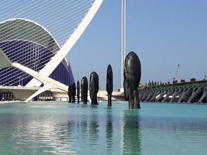 """Siete cabezas """"homenajean a la feminidad"""" en una muestra """"mágica"""" de Jaume Plensa en el lago de la Ciutat de les Arts"""