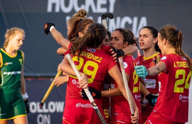 Varias jugadoras de la selección española de hockey hierba celebran un gol.
