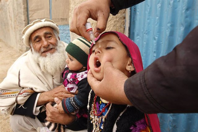 """La ONU ha pedido a las partes en conflicto en Afganistán que colaboren con el personal implicado para la """"crucial"""" campaña de vacunación contra la polio que comienza este lunes en el distrito de Shahwalikot, en Kandahar, Afganistán. Sin embargo, las retic"""