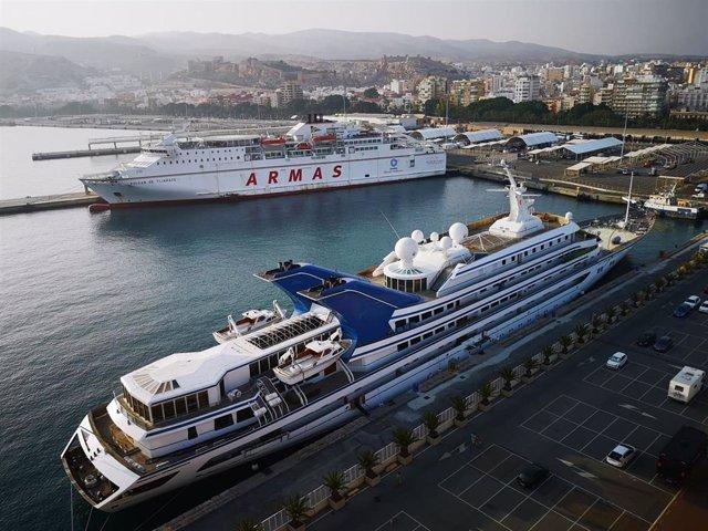 El yate de la familia real saudí 'Prince Abdulaziz', amarrado en el Puerto de Almería
