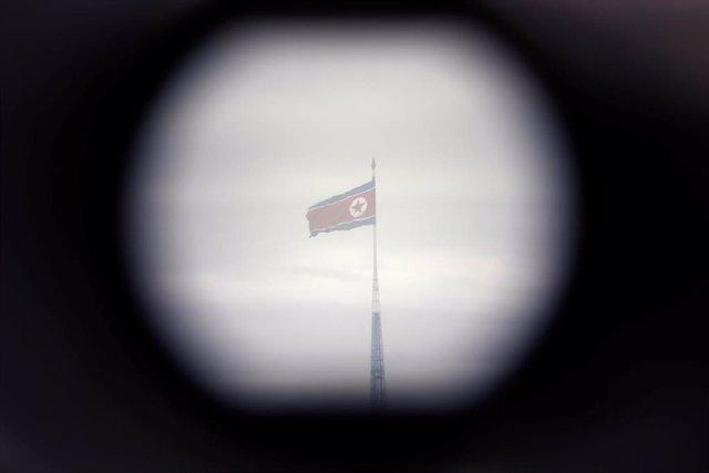 Bandera de Corea del Norte vista desde la frontera