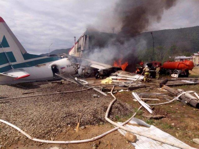 Imagen de un avión Antonov An-24 en llamas tras un aterrizaje de emergencia en la ciudad rusa de Nizhneangarsk