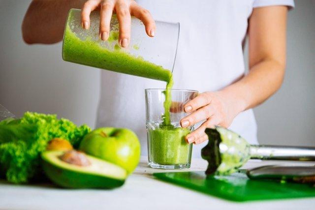 Dieta detox, batido de manzana, aguacate y verdura