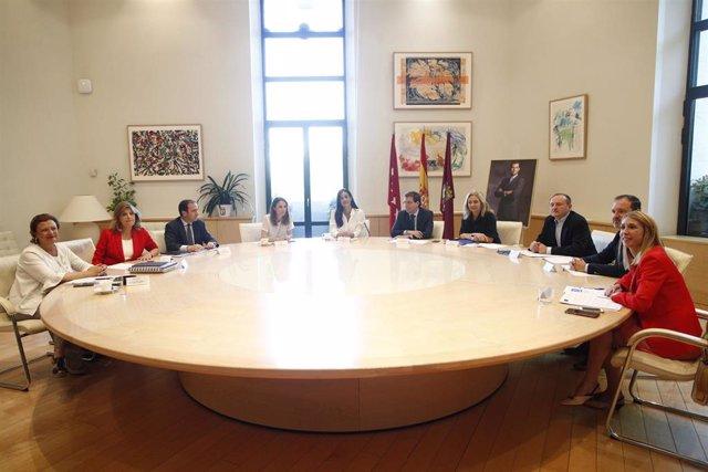 La vicealcaldesa de Madid, Begoña Villacís, junto al alcalde, Jose Luis Martínez-Almeida presiden la primera reunión de la Junta de Gobierno municipal de Madrid del mandato de ambos.