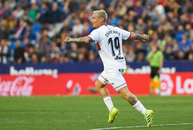 Chimy Ávila celebra un gol con el Huesca