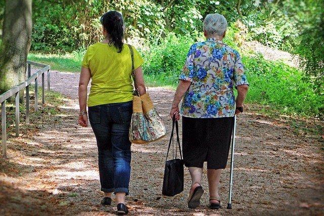Mujeres, paseando, jov en, mayor, compra, paseo, muleta