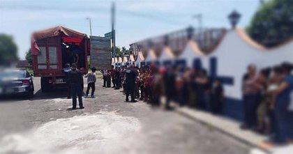 Detienen dos vehículos con 101 migrantes indocumentados en Veracruz, México