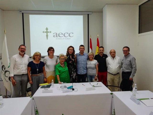 Autoridades regionales y locales, junto  la presidenta de la AECC, Divina López (de verde), en la presentación proyectos investigación cáncer