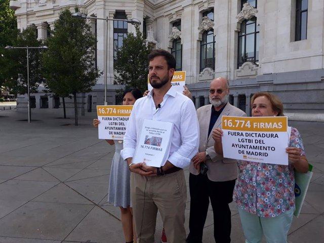 """Hazte Oír presenta más de 16.500 firmas para que Ayuntamiento quite la bandera LGTBI de Cibeles por ser """"sectaria"""""""