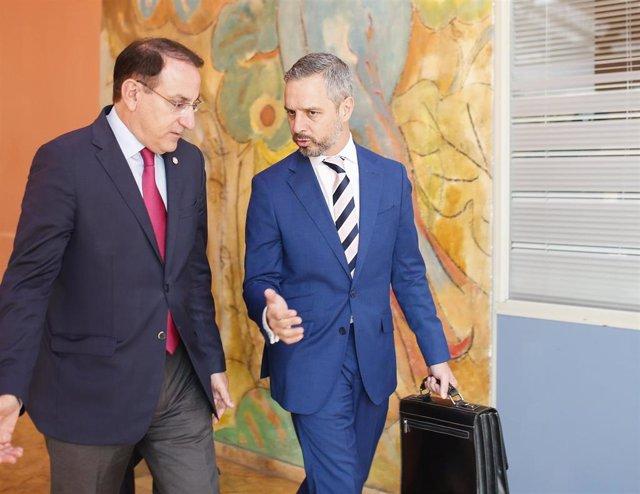 El presidente de la CEA, Javier González de Lara, y el consejero de Hacienda, Juan Bravo, en la inauguración de la jornada 'Retos y oportunidades para la industria andaluza ante la agenda 2030'.