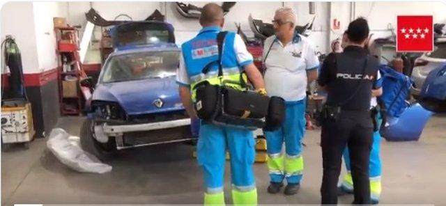 Muere un mecánico al caerle encima un coche en un taller de Móstoles