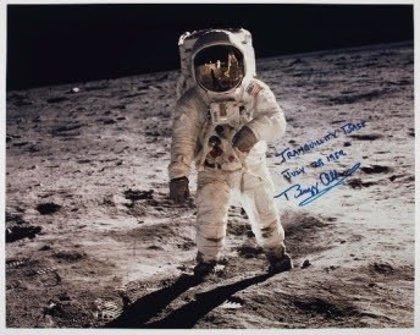 Christie's subastará un libro con anotaciones de Neil Armstrong y polvo lunar por más de 6 millones de euros