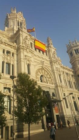 La bandera de España en la fachada de Cibeles