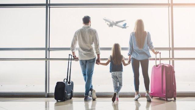 Familia en el aeropuerto, maletas, viajar, turismo, vacaciones