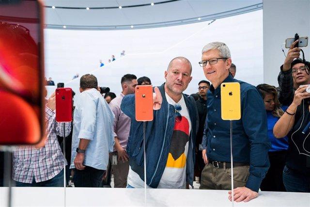 Jony Ive (izquierda), exjefe de diseño de Apple que abandona la compañía, junto al CEO de Apple, Tim Cook (derecha)