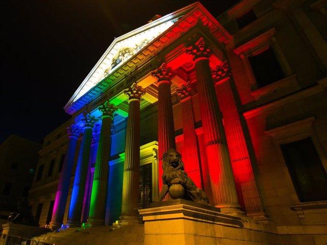 Con bandera arco iris (arcoíris) LGTB