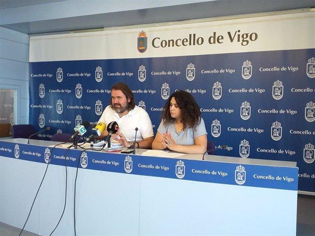 El portavoz de Marea de Vigo, Rubén Pérez, y la concejal del grupo, Oriana Méndez.