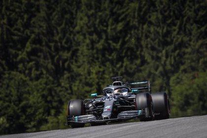 Hamilton lidera la jornada y Sainz sigue a buen nivel pese a su sanción