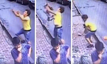 Una niña de dos años es cogida al vuelo por un joven tras caerse desde un segundo piso