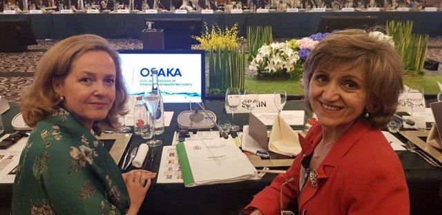 De izq a der: la ministra de Economía y Empresa, Nadia Calviño; y la ministra de Sanidad, María Luisa Carcedo, en la reunión de Economía y Salud en el marco de la cumbre del G20, que se está celebrando en Osaka (Japón)