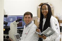 """Desde la izquierda. Rémi Buisson, PhD, profesor asistente en el Departamento de Química Biológica de la Facultad de Medicina de la UCI, dirigió un nuevo estudio titulado """"Mutaciones de puntos de acceso de pasajeros en el cáncer impulsado por APOBEC3A y ca"""