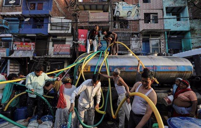 Distribución de agua de emergencia en Nueva Delhi