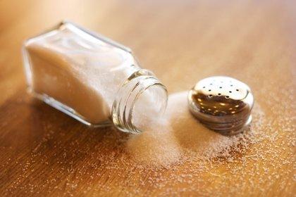 Una mayor ingesta de sal puede causar un abdomen hinchado