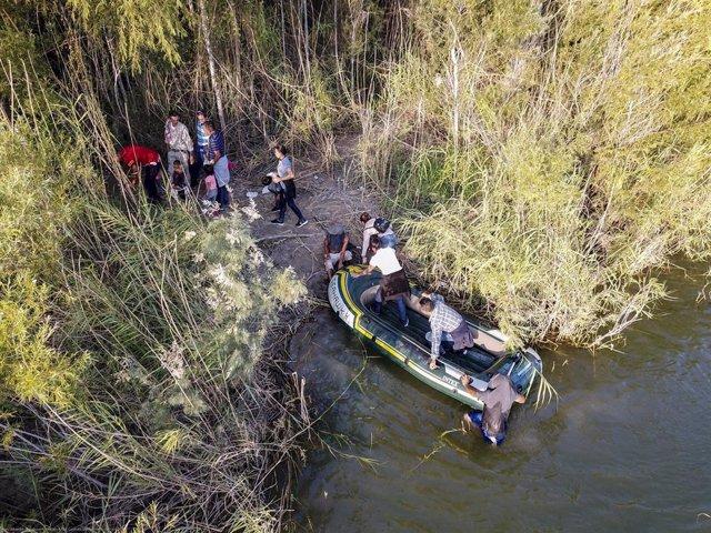 Migrantes cruzando el río Bravo