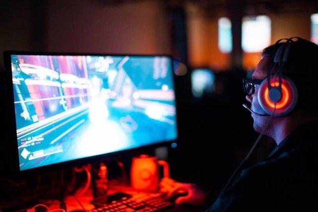 Persona jugando a un videojuego
