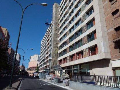 La retirada del andamio del Hotel Meliá en Zaragoza obliga a cortar al tráfico un tramo de la calle Ramón y Cajal