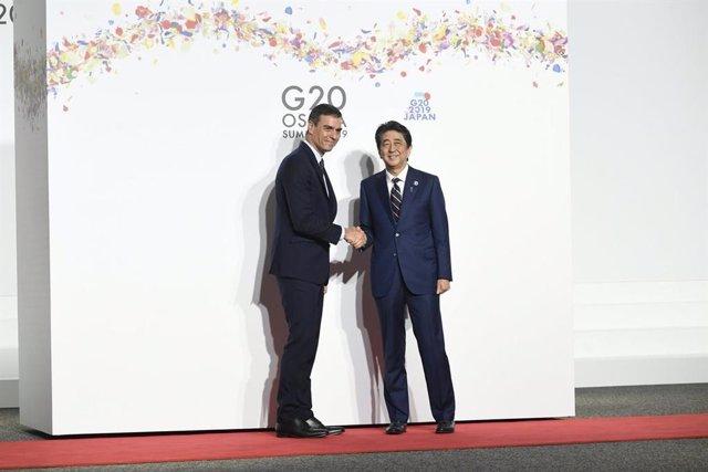 El presidente del Gobierno en funciones, Pedro Sánchez, junto con el primer ministro japonés, Shinzo Abe, antes de la cumbre del G20.